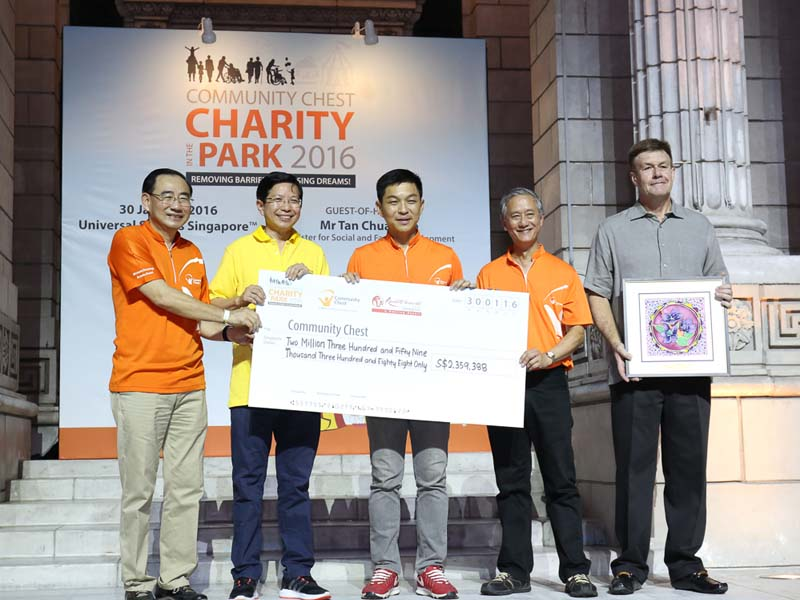 Cheque presentation: (from left) Chairman of Community Chest Philip Tan, President & CEO of Resorts World Sentosa Tan Hee Teck, Minister for Social and Family Development Tan Chuan-Jin, Chairman Organising Committee Eric Ang, and CEO of HSBC Guy Harvey-Samuel